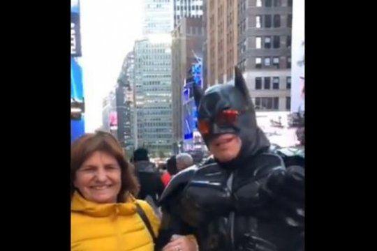 video: bullrich canto ?vamos a volver? junto a un batman en nueva york