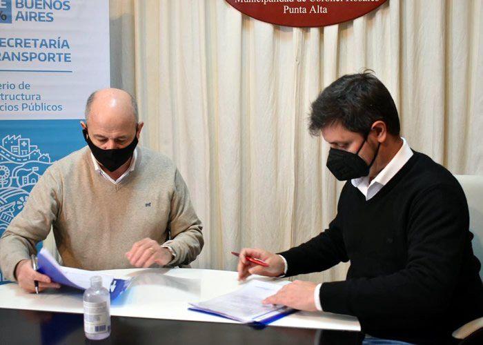 Mariano Uset y Alejo Supply durante la firma del convenio para que Coronel Rosales tenga SUBE.