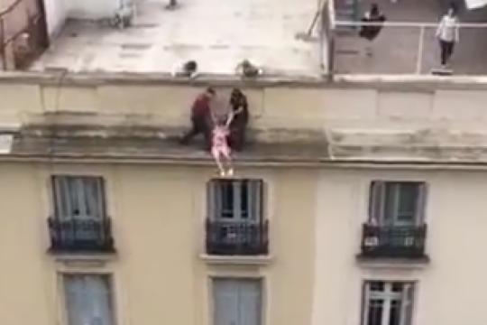 personal policial evito un suicidio en un dramatico rescate en recoleta. mira el video