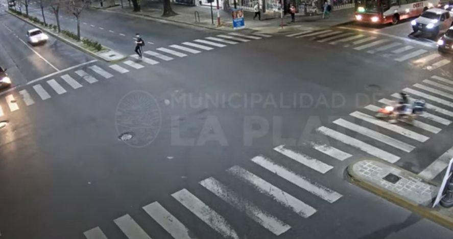 La Plata: pasó en rojo y fue embestido por un auto