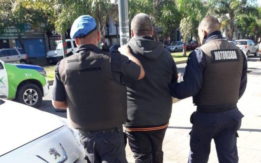 Relato salvaje en Los Hornos: discutió con la vecina y la atacó a palazos hasta quebrarle un brazo