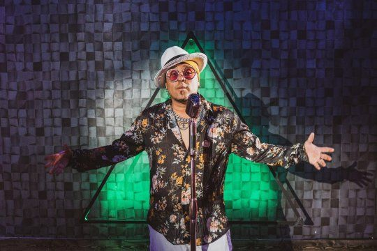 """""""Bajo las estrellas"""" ft. Prana es el nuevo lanzamiento del vocalista de Los Kumbia Kings, banda fundada por A.B. Quintanilla, el hermano mayor de la reconocida Selena."""