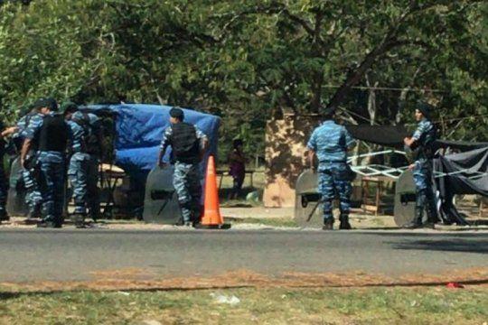 misterio en el parque pereyra: hallaron a una joven muerta entre unos matorrales