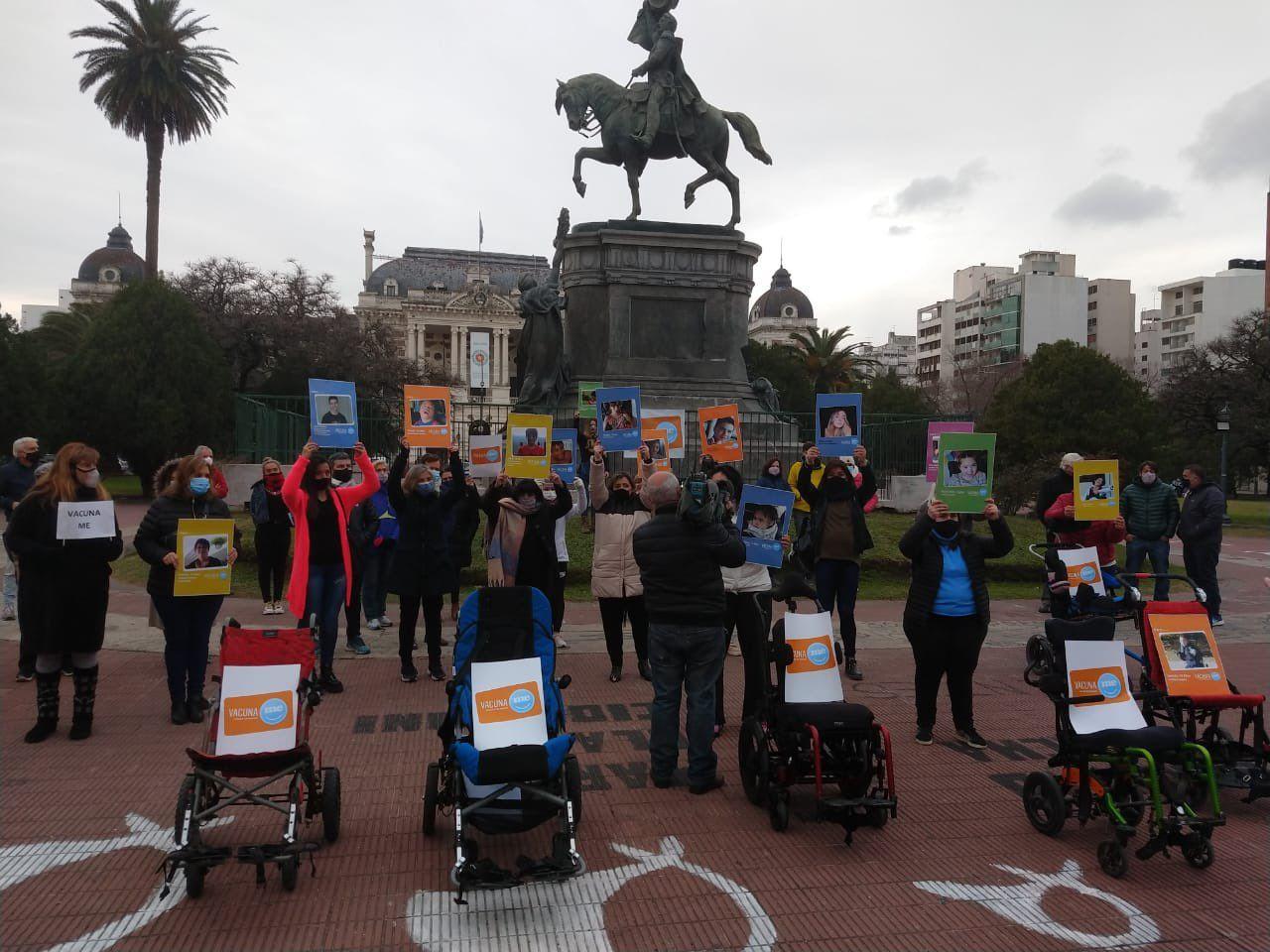 Manifestación de la Red VacunaMe para poder vacunar a sus hijos con discapacidad (@fdagiau)