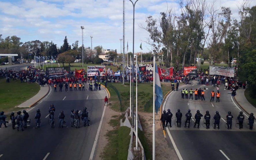 Movimientos sociales cortan el acceso a la Autopista Buenos Aires – La Plata en reclamo de empleo y salarios dignos