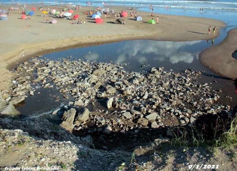 una de las playas de Necochea amaneció el fin de semana repleta de basura