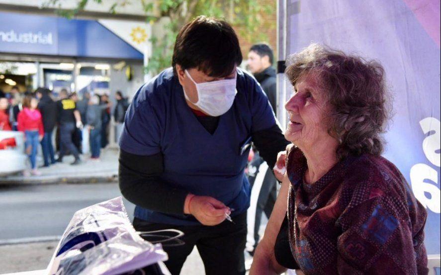 La otra cara del caos: municipios distribuyen sillas y vacunas antigripales en las largas colas de los bancos