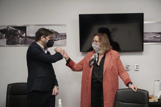 El jefe de Gabinete bonaerense, Carlos Bianco, felicita a la flamante presidenta del CEAMSE, Mónica Cappellini.