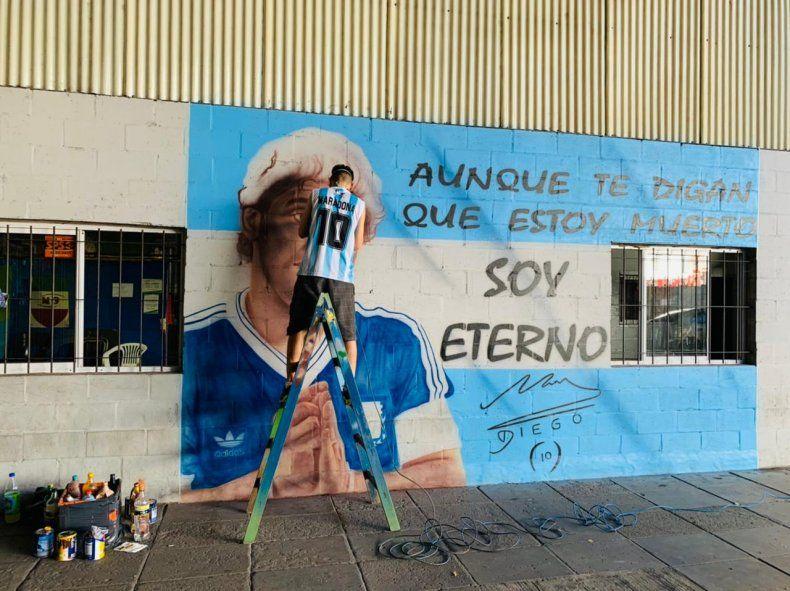 """""""Por suerte pude juntar dos pasiones"""", dijo Sergio Javier Roldan (Bosteros de San Cristóbal) acerca del mural de Maradona con letra de Sueño de Pescado."""