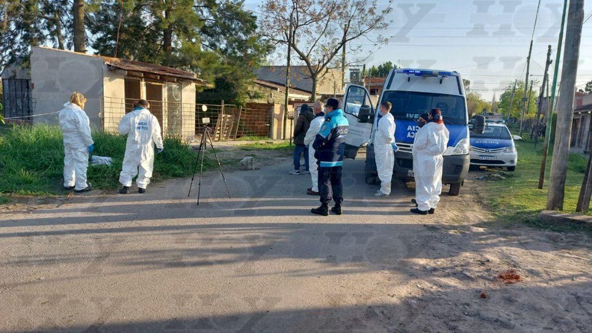 La víctima fue encontrada en un baldío ubicado en calle 86 entre 28 y 29, en el barrio Altos de San Lorenzo de la ciudad de La Plata