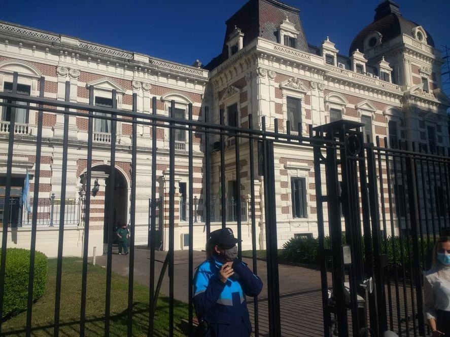 Puertas cerradas y hermetismo en Casa de Gobierno para la reunión entre Axel Kicillof y los intendentes de la primera sección.