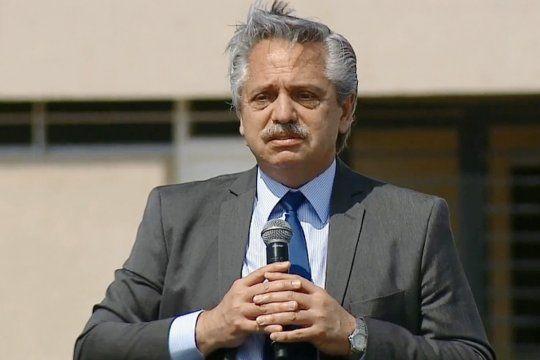 Fernández encabezó la entrega de viviendas Procrear en cinco provincias.