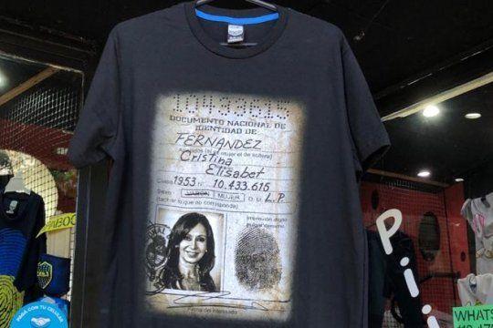 La remera con el documento de identidad de Cristina vendida en el día de la Democracia Argentina