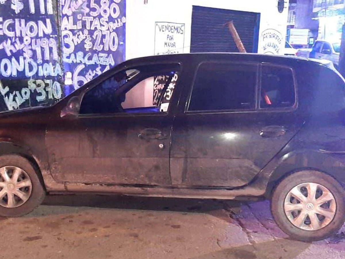 En este Renault Clío los delincuentes se llevaron raptado al abuelo en Morón