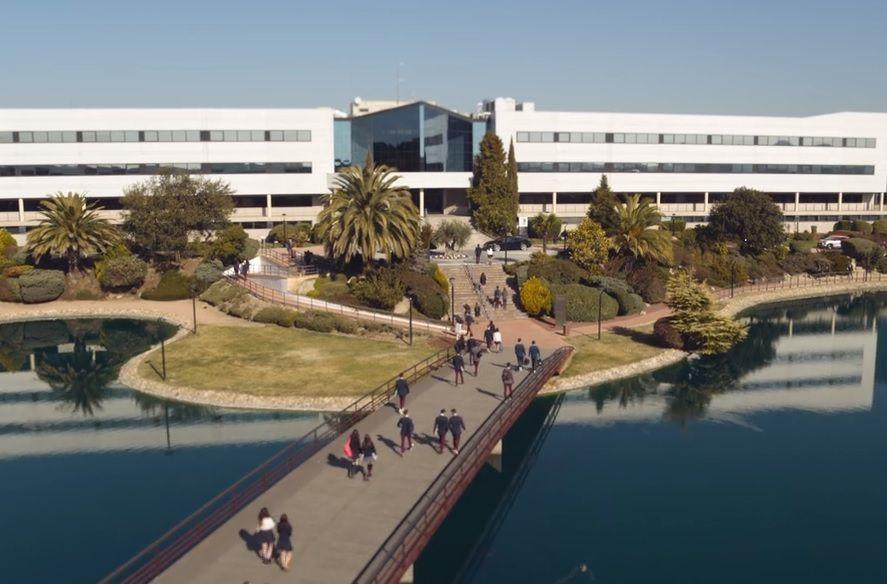 El edificio que se utilizó para representar el colegios Las Encinas, para la serie de Netflix