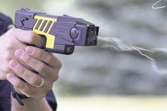 bullrich destino mas de cinco millones de pesos para la compra de las polemicas pistolas taser