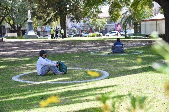 En La Plata hubo demarcación de espacios públicos para mantener distanciamiento en el día de la Primavera.