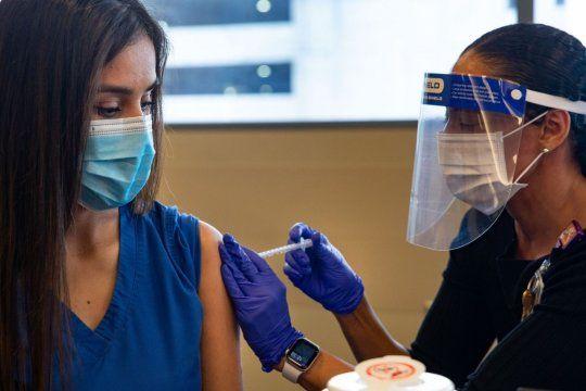 ¿Es igualmente respetable la decisión de un médico, médica o personal de salud que no se aplica la vacuna?