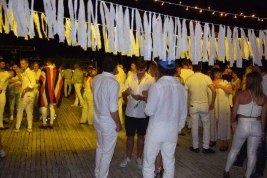 la moda viste de blanco: ¿que no puede faltar en tu atuendo para la fiesta total white?