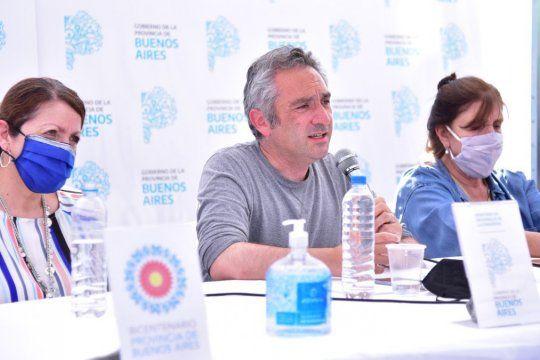El ministro de Desarrollo de la Comunidad bonaerense, Andrés Larroque, junto a Blanca Cantero y Teresa García en la conferencia del Comité Interministerial por Guernica.