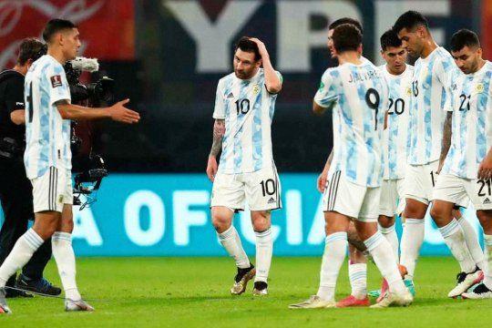 Molina le estira la derecha a Messi, detrás Romero, Álvarez y Correa. Hay recambio en la Selección.