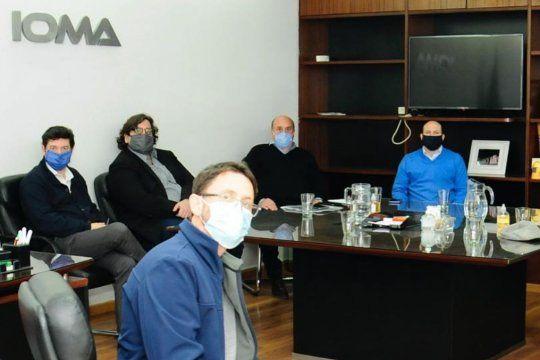 Gastón Quintans (abajo, izq) detalló las diferencias entre IOMA y la AMP en una nueva reunión que mantuvieron