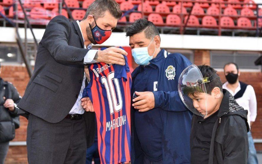 Maradona junto a Tinelli, Presidente de la Liga Profesional.