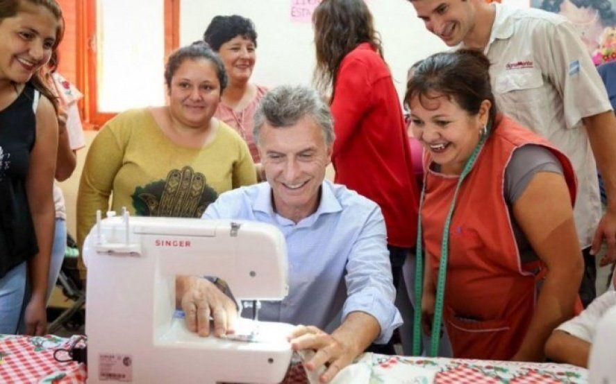 Macri posó con una máquina de coser que se dejó de fabricar en el país por el impacto de sus políticas económicas