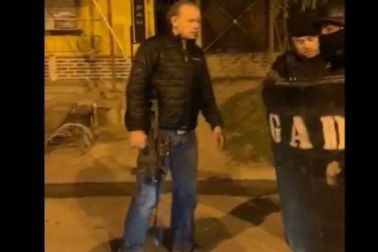 a lo ?rambo? y sin barbijo: sergio berni aparecio en un operativo en zarate