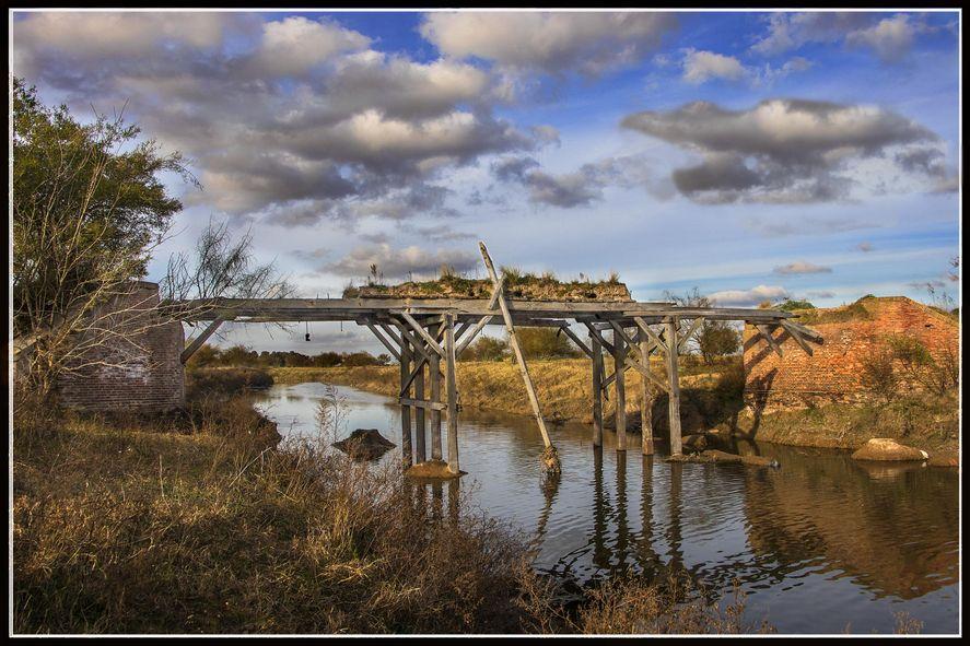 Ruinas de un viejo puente en Brandsen. Foto: Juan Maksimenszuk