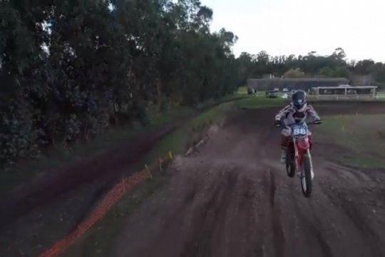 video: un piloto de motocross impacto contra un dron durante un entrenamiento