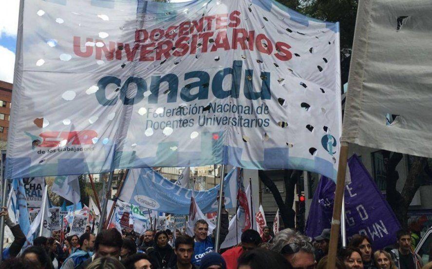 Docentes universitarios realizan un paro nacional de 48 horas en reclamo de aumento salarial