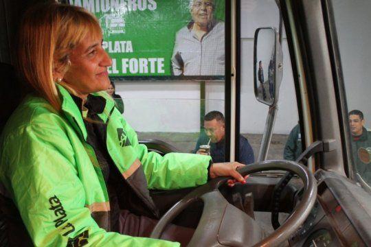 igualdad al volante: paola, una de las barrenderas platenses que conducira un camion recolector