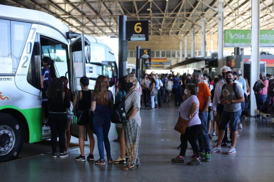 Las estaciones de colectivo se colapsaron tras el paro de trenes de este martes