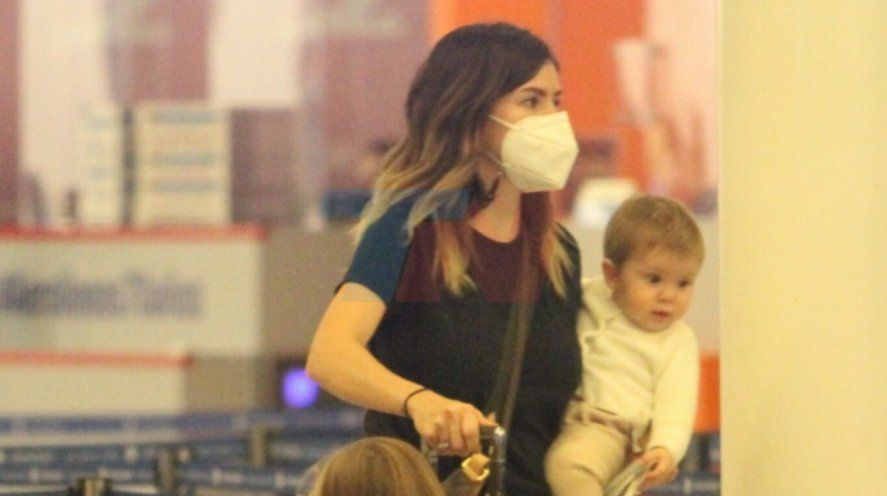 La China Suárez en el Aeropuerto de Ezeiza junto a sus dos hijos menores.