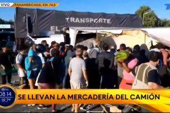 Un camión volcó luego de un accidente sobre Panamericana, a la altura de Campana, y fue objeto de un saqueo por habitantes de la zona
