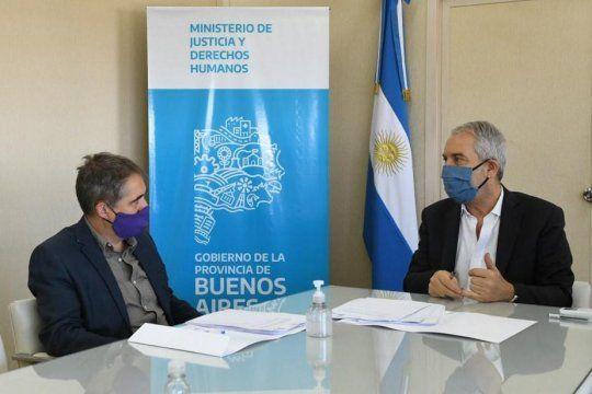 El titular de la Defensoría del Pueblo, Guido Lorenzino, junto al ministro Alak.