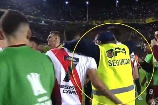 insolito: un agente de seguridad se puso a festejar con los jugadores de river