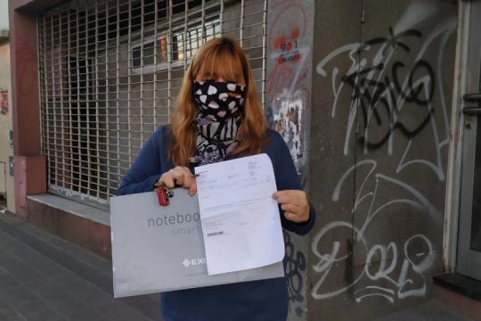 Analía se atrincheró en Frávega en busca de una solución, luego de comprar una computadora fallada.