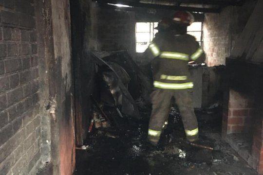 Trabajaron para extinguir el fuego cinco dotaciones de bomberos (Foto: Bomberos Voluntarios Madariaga)
