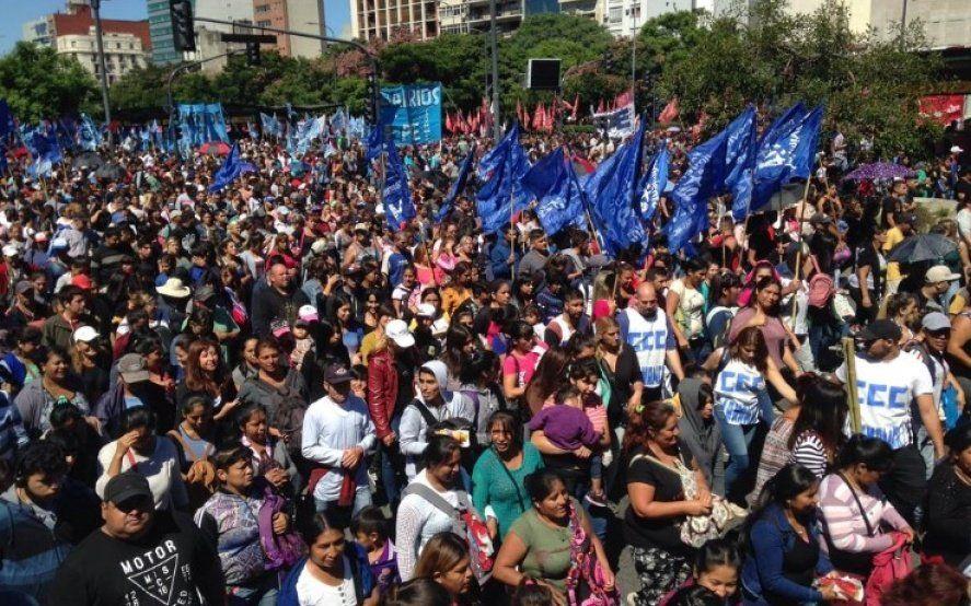 """""""Basta de hambre y tarifazos"""": multitudinaria marcha contra las políticas de Cambiemos"""