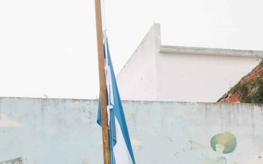En el Día de la Bandera, cadetes penitenciarios donaron una bandera para una escuela platense