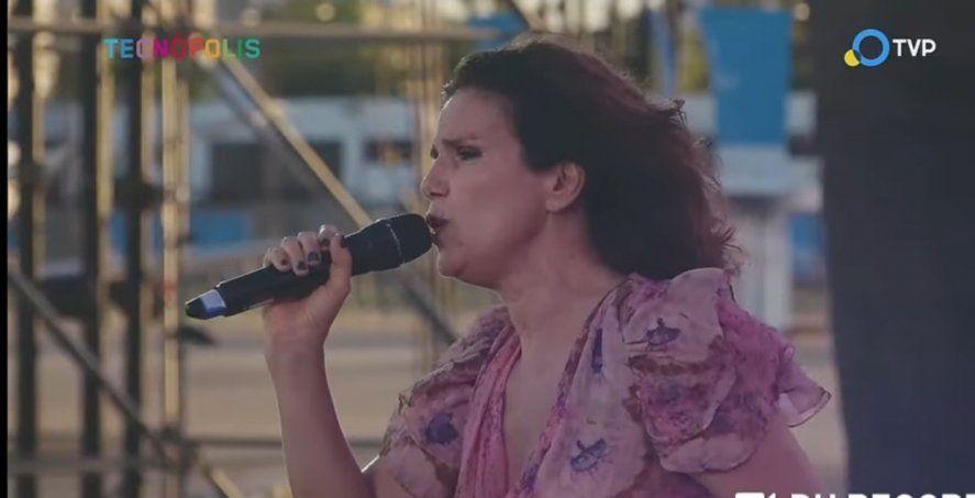 Dolores Solá se lució con su versión orquestada del tema Para verte gambetear