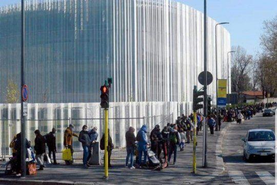 Largas filas de nuevos pobres en el rico norte de Italia en busca de pan, mercadería y comida