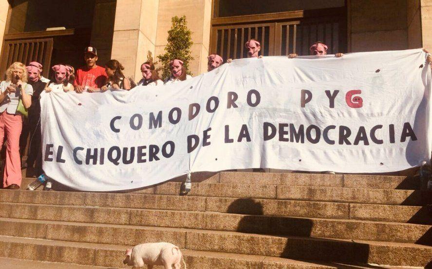 """""""El chiquero de la democracia"""": la bandera que colgaron en los Tribunales de Comodoro Py"""