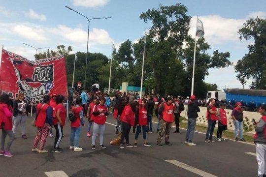 organizaciones piqueteras marchan al ministerio de desarrollo social en medio de un fuerte operativo policial