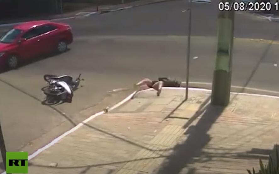Insólito: una mujer rodó de su moto y cayó a una alcantarilla