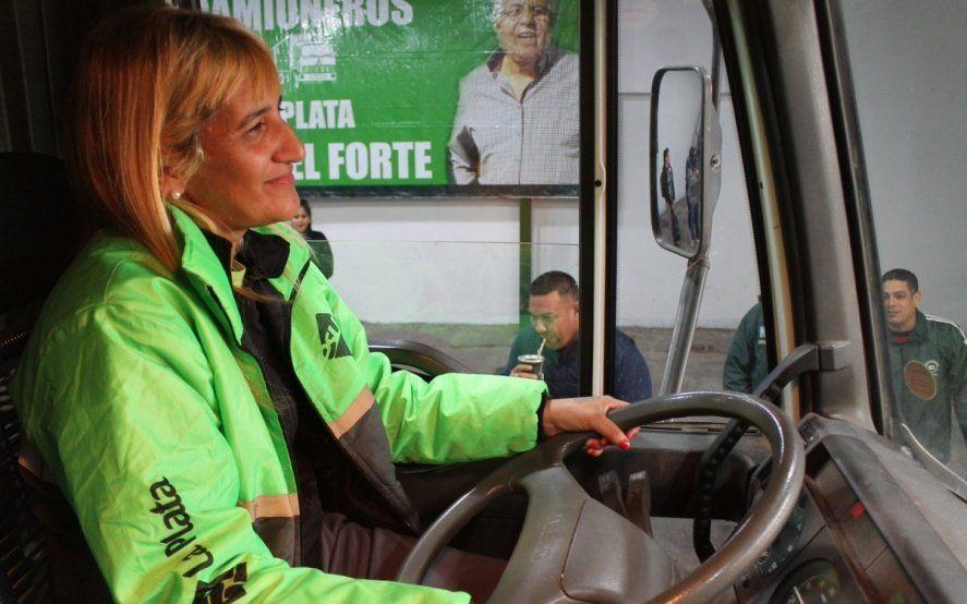 Igualdad al volante: Paola, una de las barrenderas platenses que conducirá un camión recolector
