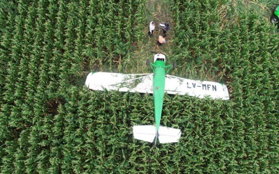 Video: una avioneta sufrió un desperfecto técnico, aterrizó de emergencia y volcó en un campo marplatense