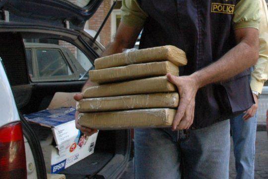 la matanza: un policia iba en un auto oficial con 100 kilos de marihuana para hacer una ?entrega?